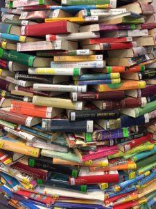 Bücherberg gestapelt
