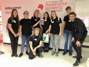 Gruppe von Jugendlichen auf der Buchmesse